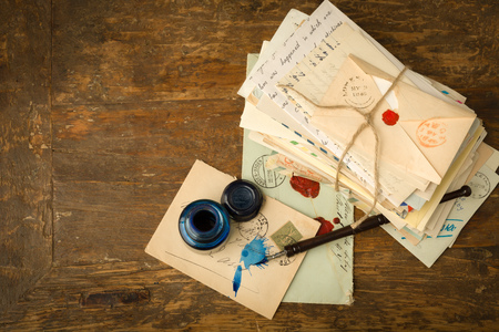 cartas antiguas: Tintero y pluma de la vendimia en una mesa con letras antiguas