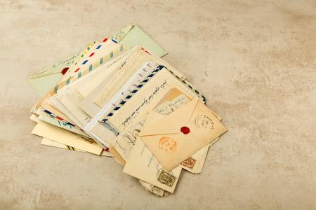 Oude enveloppen en letters gestapeld in een bundel Stockfoto
