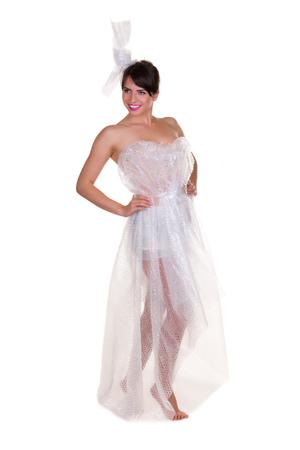 wraps: Foto divertida de una mujer joven con nada que ponerme, pero los materiales de desecho - esto es parte de una serie con la bolsa de yute, papel higiénico