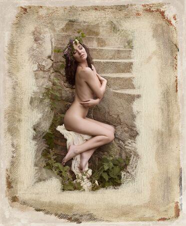 girls naked: Фея или нимфы женщина позирует на открытом воздухе в зеленой зоне