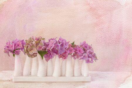 arreglo floral: Pictórica con textura de flores naturaleza muerta sobre tabla de madera vieja Foto de archivo
