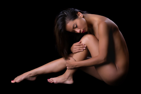 desnudo artistico: Desnudez implícita imagen de la bella arte de una mujer aislada en negro Foto de archivo