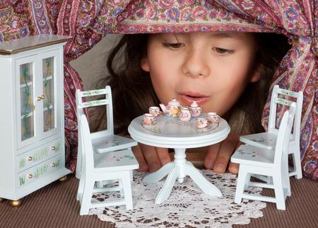 Alice in wonderland kijken door een miniatuur venster Stockfoto