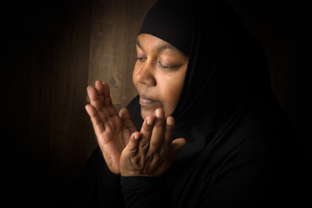 mujeres orando: de oración de Ramadan de una mujer madura musulmanes Foto de archivo