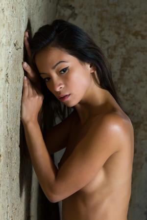 sexy nackte frau: Kunstnacktheit Bild von einer jungen asiatischen Frau gegen einen strukturierten Hintergrund