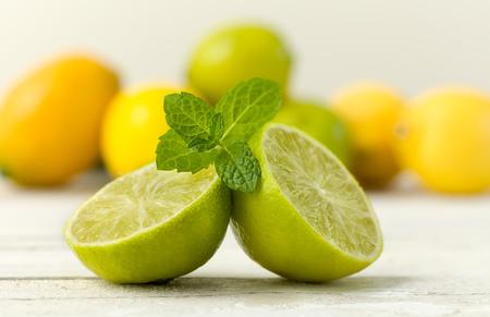 Zitrusfrüchte Stillleben vor einem Grunge strukturierten Hintergrund