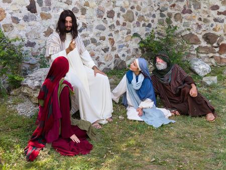 historias biblicas: Jesús predicando a un grupo de personas - la recreación histórica