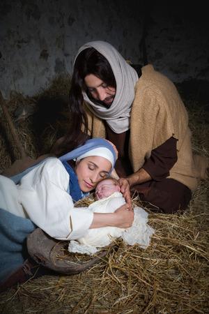 Vivere il presepe di Natale in un vecchio fienile - gioco Rievocazione con costumi autentici. Il bambino è un (proprietà disponibili) bambola. Archivio Fotografico - 62625619