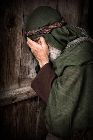 Apostel Petrus in Scham und Reue, nachdem Jesus zu wissen, verweigert zu haben, bevor der Hahn kräht dreimal