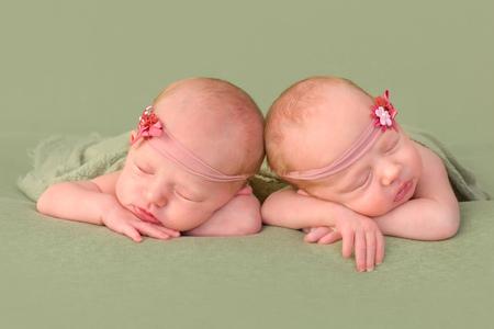 niñas gemelas: 3 semanas de edad las niñas gemelas idénticas para dormir en un fondo verde