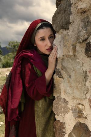 막달라 마리아는 부활절 아침에 예수님의 빈 무덤의 입구에 서 스톡 콘텐츠