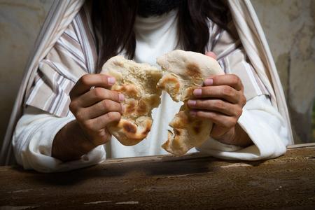 """최후의 만찬, """"이것은 내 몸""""이라고 말하는 동안 빵을 끊는 예수의 본격적인 재연 장면."""