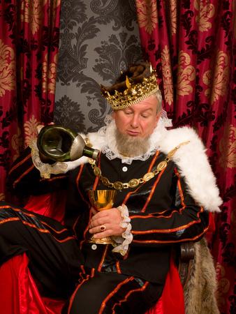 오래 된 재미 있은 왕 술에 취해 황금 술잔