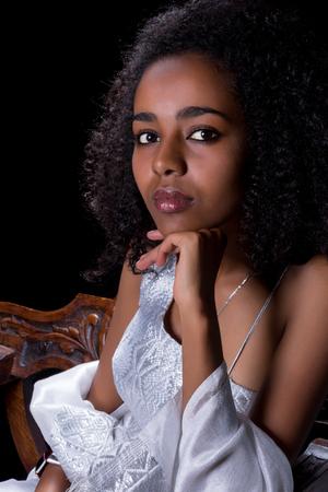白の伝統的なドレスを着ている少女のエチオピア