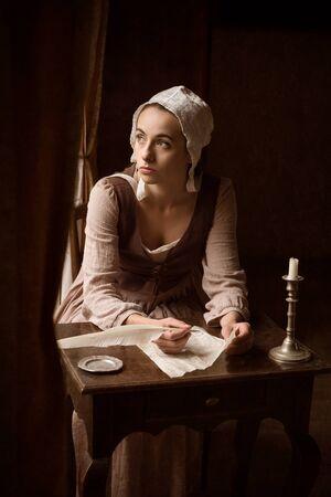 Vermeer-Stil Porträt einer jungen Magd in Renaissance-Kostüm, die einen Brief mit Federkiel schreibt