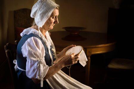 Niederländisches Meisterporträt einer Frau mit ihren Stickereien