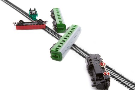juguetes antiguos: Choque de trenes de juguete ferrocarril - locomotora y los vagones fuera de los carriles