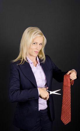 feministische: Feministische zakenvrouw concept met lachende blonde, stropdas en schaar Stockfoto