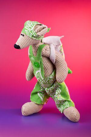 rompers: Juguete de alumno de rat�n vistiendo rompers verdes y mochila