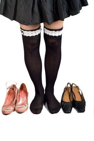 Jambes en noir genou et son pav� de chaussures en daim violet. Isol�.