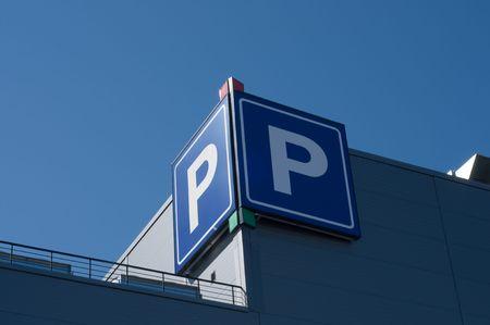 se�al parking: Se�al de aparcamiento en el edificio de Morden en la ciudad Foto de archivo
