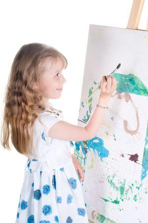 Plan d'une petite fille de peinture dans l'atelier