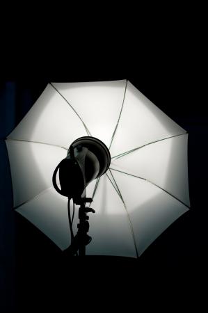 Shot of studio equipment - white umbrella, lighting Standard-Bild