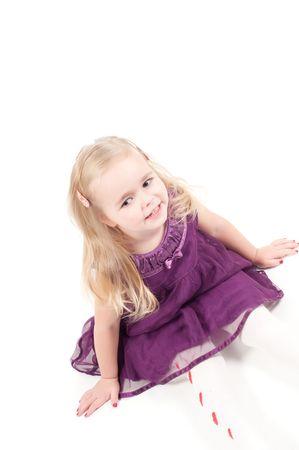 Studio photo de la petite fille en robe de gala lilas