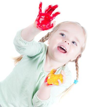 Studio Shot des kleinen Mädchens mit Farben spielen