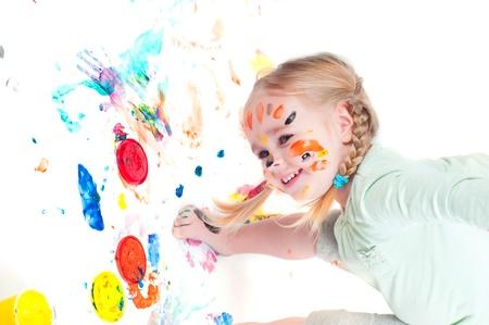 Kleines Mädchen Spiel mit Farben