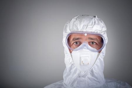 sustancias toxicas: Científico en ropa protectora, gafas, respirador