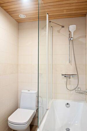 Fragment mit Dusche und WC eines luxuriösen modernen Badezimmers in der Wohnung Standard-Bild