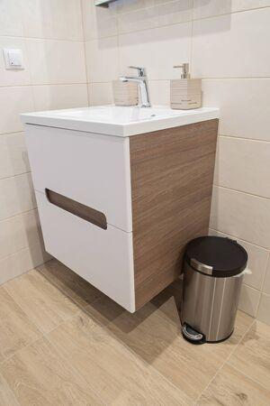 Fragment d'une salle de bains moderne de luxe dans l'appartement