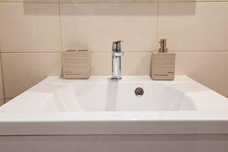 Wnętrze łazienki z umywalką i kranem w mieszkaniu
