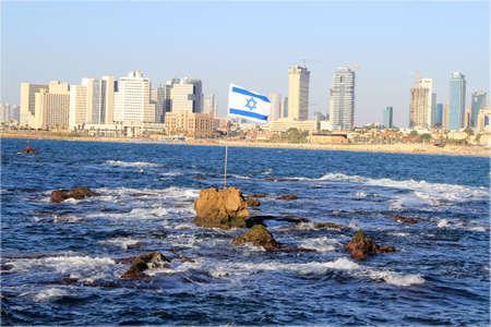 israeli: Vista de Tel Aviv desde el sea.Flag