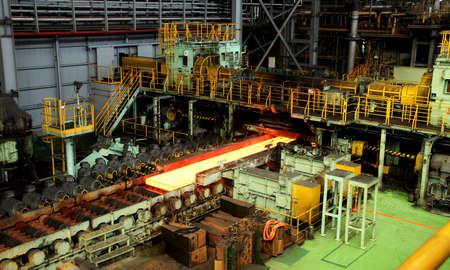 production plant: Laboratorio laminatoio di acciaio metallo impianto di produzione Editoriali