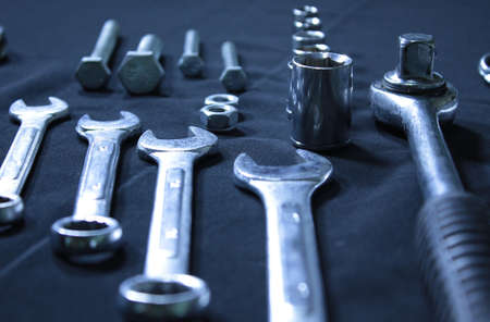 herramientas de mecánica: Conjunto de herramientas mecánicas. Llaves, llaves y boquillas sobre fondo negro