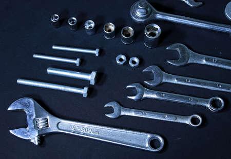 herramientas de mec�nica: Conjunto de herramientas mec�nicas. Llaves, llaves y boquillas sobre fondo negro