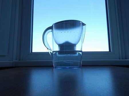 agua purificada: Filtro de agua de la casa con agua purificada a alféizar
