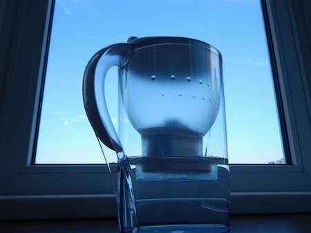 purified: Filtro de agua de la casa con agua purificada a alf�izar
