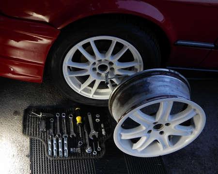 herramientas de mec�nica: Conjunto de herramientas mec�nicas para la instalaci�n de ruedas de coche