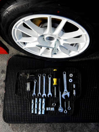herramientas de mecánica: Conjunto de herramientas mecánicas para la instalación de ruedas de coche