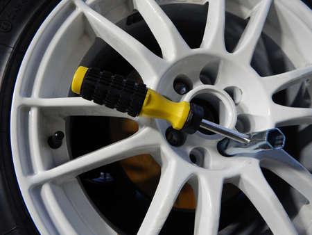 Montage: Kreuzschl�ssel innere Rad bei der Montage kundenspezifische Autofelge Lizenzfreie Bilder