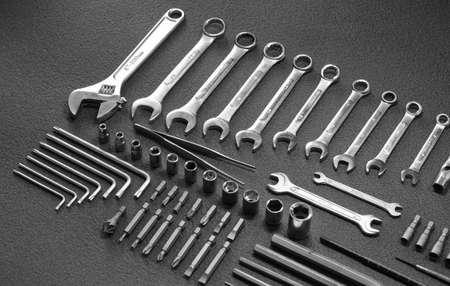 herramientas de mecánica: Kit de herramientas de mano sobre fondo negro Foto de archivo