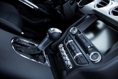 Elektronische besturingen en versnellingspookknop in de sport auto inter gedetailleerde