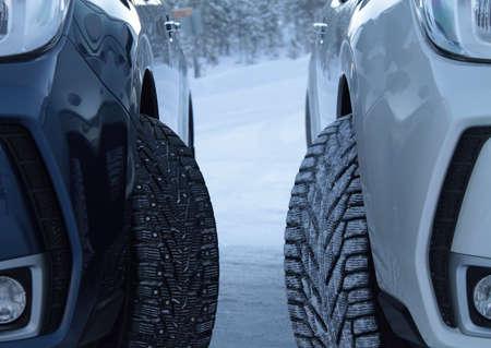 Winter rijden concurrentie-test. Spijkerbanden tegen spijkerloze banden Stockfoto