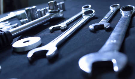 Mechanisches Handwerkzeug Studio isoliert. Angle Schuss