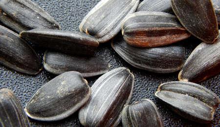 semillas de girasol: Las semillas de girasol sobre fondo negro disparo macro Foto de archivo