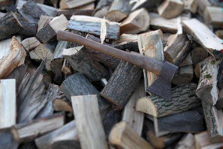 Axe handvat bijl op gehakt brandhout met soft focus