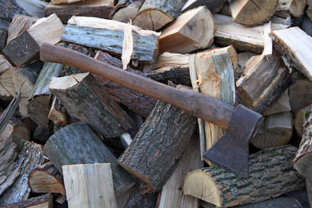 Oude bijl op eiken brandhout close-up stock
